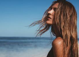Yaz Aylarında Zarar Gören Saçları Canlandırmak