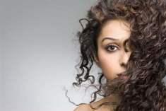 Kıvırcık Saçlara Şekil Vermenin Kolay Yolları