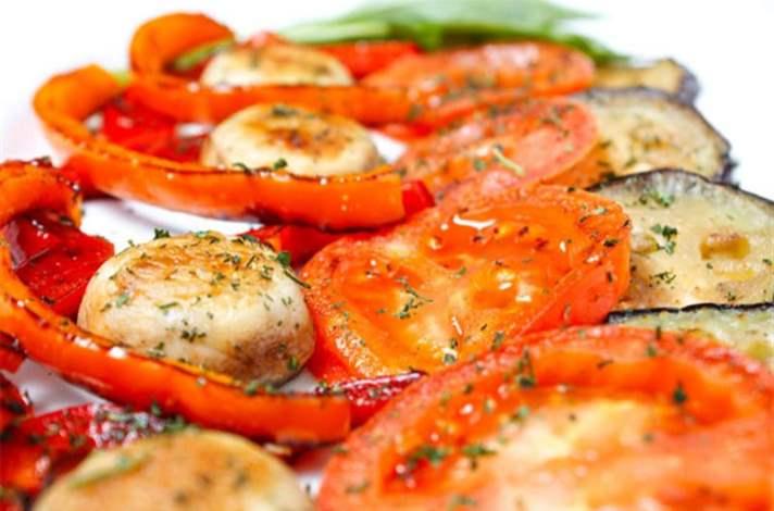5. Tam tahıllı simit üstüne ızgara mantar ve domatesler