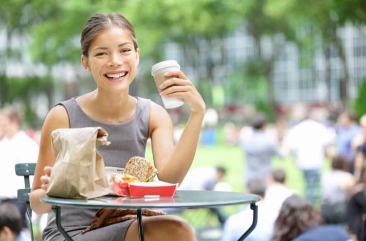 Ofiste Öğle Aralarınızı Sağlıklı Atıştırmalıklarla Geçirin